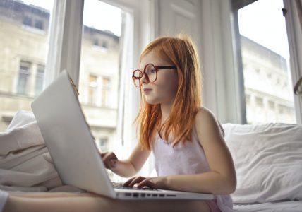 uma garota usando um computador